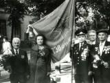 У полкового знамени