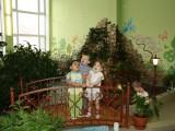 малыши в зимнем саду