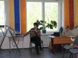 Представители СПб отделения ИНТа демонстрируют роботов для начальной школы.