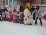 Масленица.Руководитель физ. воспитания организовывает перетягивание каната с детьми и родителями .