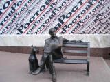 Памятник человеку, читающему газету `Вечерний Ростов`