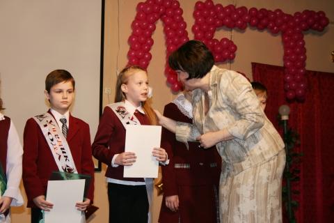 Директор школы награждает лучших учеников. - Средняя общеобразовательная школа 337