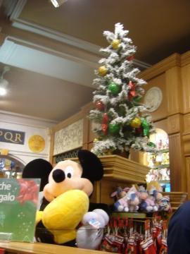 елка в римском магазине игрушек
