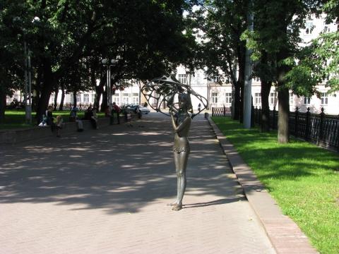 Девочка на аллее парка. Минск - Наталья Евгеньевна Донская