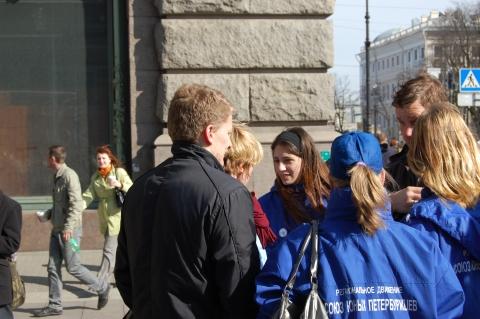 Члены Союза юных петербуржцев - организаторы акции - Средняя школа № 13 с углублённым изучением английского языка