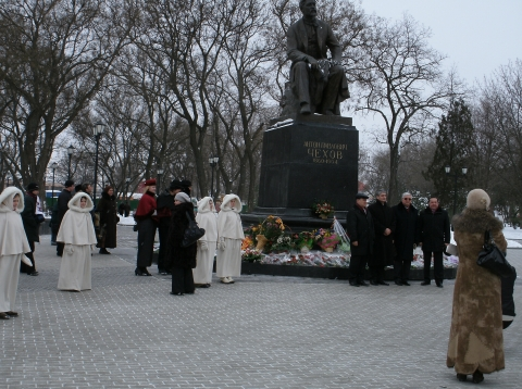 У памятника А.П. Чехову - Людмила Николаевна Игнатова