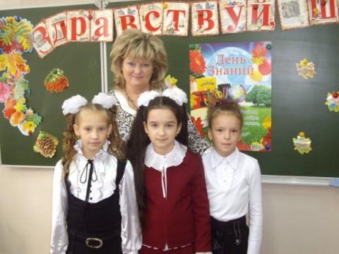 1 сентября 2010 О.И.Баранцева и ученицы 4 Э класса. - Средняя общеобразовательная школа 337