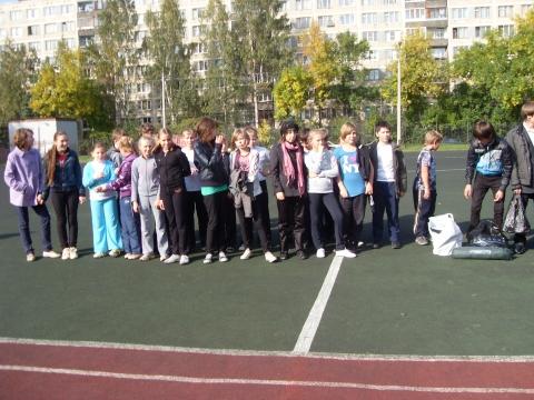 Сбор всех классов на стадионе. Первым вышел 6Б - Средняя школа № 13 с углублённым изучением английского языка