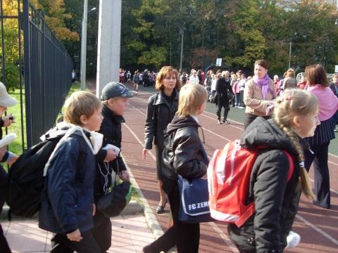Директор школы Е.В.Харчилава наблюдает за ходом эвакуации - Средняя школа № 13 с углублённым изучением английского языка