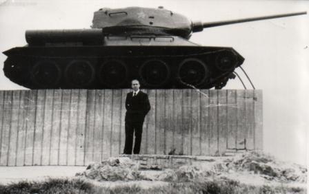 Гусев В.А. у своего танка 1980г. - Муниципальное общеобразовательное учреждение Перовская средняя общеобразовательная школа