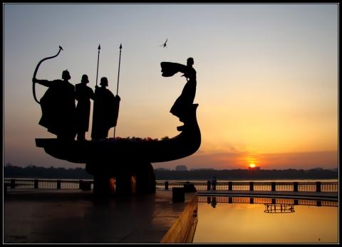 Памятник Кию,Щеку и Хориву и их сестре-Лебедь,основателям Киева - Александр Николаевич Комлев