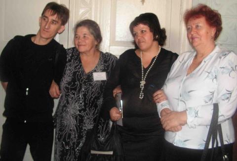 Наумова Раиса Андреевна с бывшей коллегой и выпускниками - Таловская школа-интернат