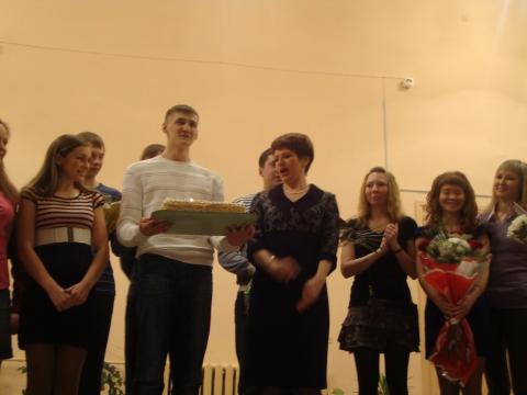 Выпускники 2006 года с тортом, для любимых учителей - Муниципальное образовательное учреждение Северокоммунарская средняя общеобразовательная школа
