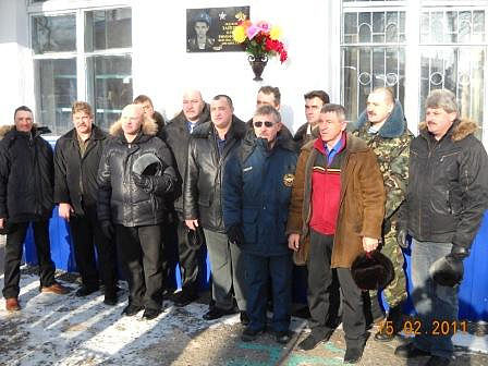 Афганцы у  мемориальной плиты погибшего Олега Зайцева