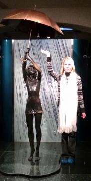 Скульптура `Девочка под зонтиком` - Средняя школа № 23 с углублённым изучением финского языка