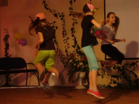 Зажигательный танец в исполнении: Маши, Дианы, Леры и Ани  - Ольга Игоревна Баранцева