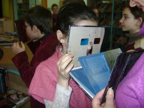 Карина смотрит картинки в формате 3-D - Ольга Игоревна Баранцева