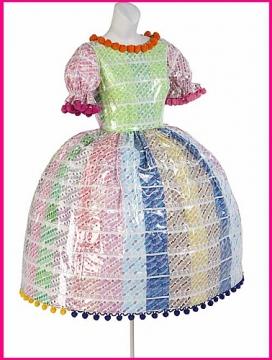 Из конфетных фантиков можно сделать что угодно.  Например, сшить платье.