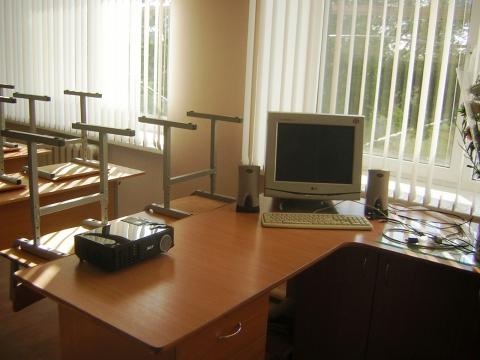 Учительский стол кабинета истории готов к урокам.  Дата: 04.09.2011 Добавил: antonina.