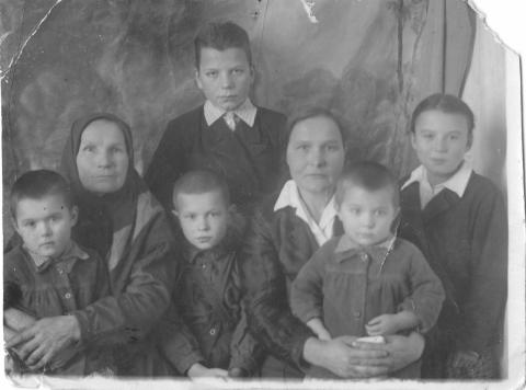 Мама с братьями-сестрами, мамой и бабушкой