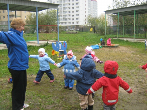 Фрагмент физкультурного занятия с детьми младшей группы на воздухе - Конкурс фотографий `Физкульт-ура` для специалистов по физической культуре дошкольников