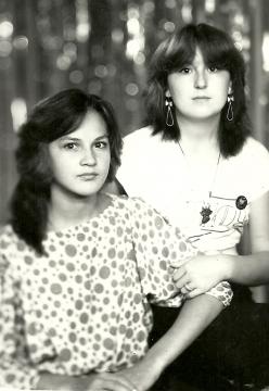 Галия со своей одноклассницей  - Илюза Таджиковна Кривицкая