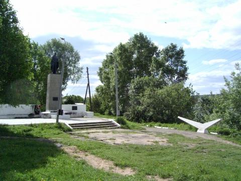 У памятника погибшим воинам - Ольга Николаевна Стрельникова