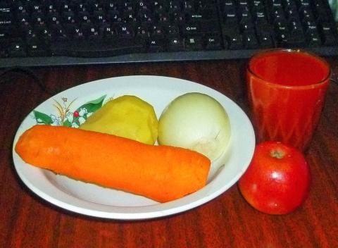 Завтрак из сырых овощей перед клавиатурой - Александр Владимирович Серолапкин