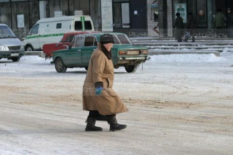 Старушка переходит зимнюю дороue