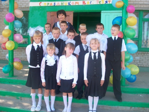 С учениками у школы - Панна Ивановна Бирюкова