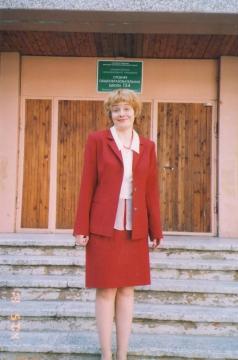 Портрет на фоне школы перед ремонтом фасада.К новому 2010 учебному году мы её не узнаем! - Марина Юрьевна Горбачева