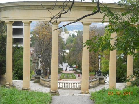 Колоннада (вид сверху вниз) - Любовь Валентиновна Колганова