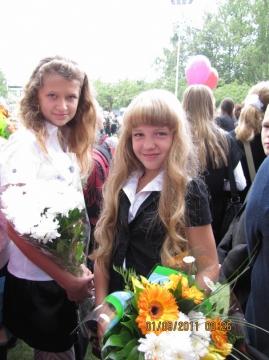 Две подружки - самые красивые учащиеся своей школы