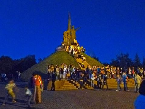 Монумент Победы и зрители - Александр Владимирович Серолапкин